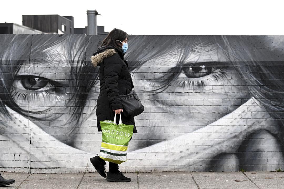 2021年1月15日,倫敦,市民在一幅以新冠疫情為內容的塗鴉牆前走過。