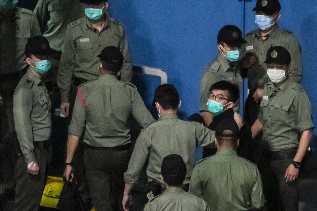 2021年3月2日凌晨3時55分,黃之鋒被押解到荔枝角收押所。  攝:林振東/端傳媒