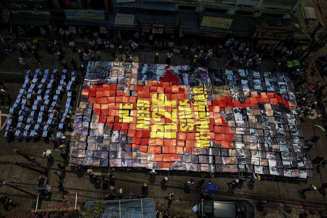 2021年3月12日,緬甸仰光,示威者在街上抗議軍事政變,以紙牌拼出「We need R2P save Myanmar」字樣。