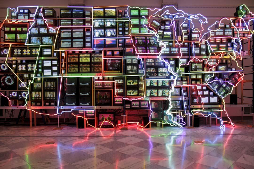 科技藝術之父:白南準的作品「Electronic Superhighway:」,當時的網路還處於讓人充滿想像的初始階段。