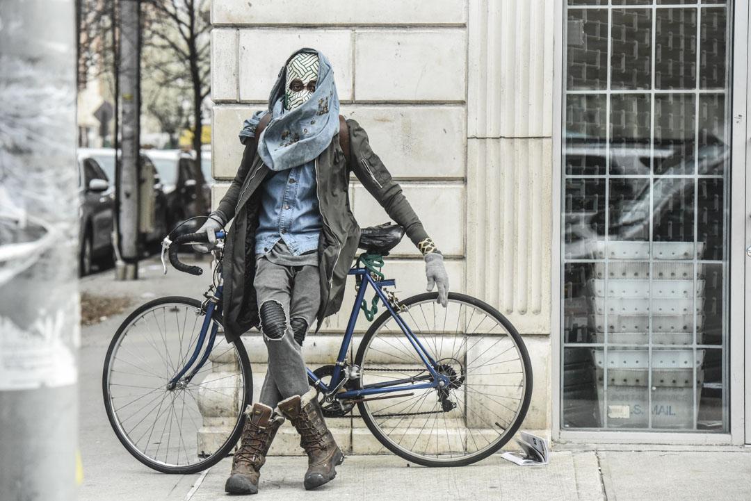 2020年4月2日,紐約市一個市民戴著自製面罩防疫。
