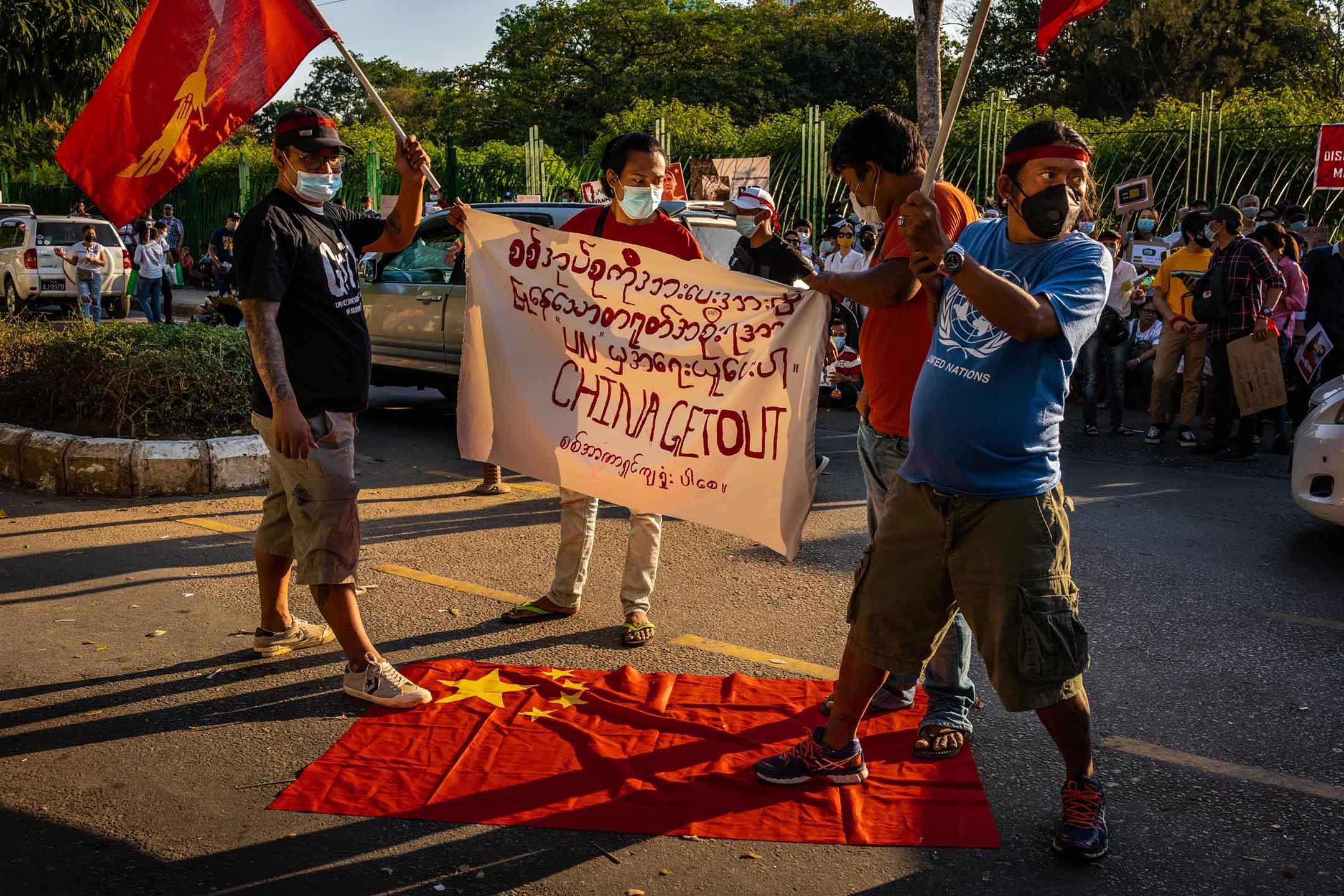 2021年2月11日緬甸仰光,示威者在聯合國辦公室門前污損中國國旗。