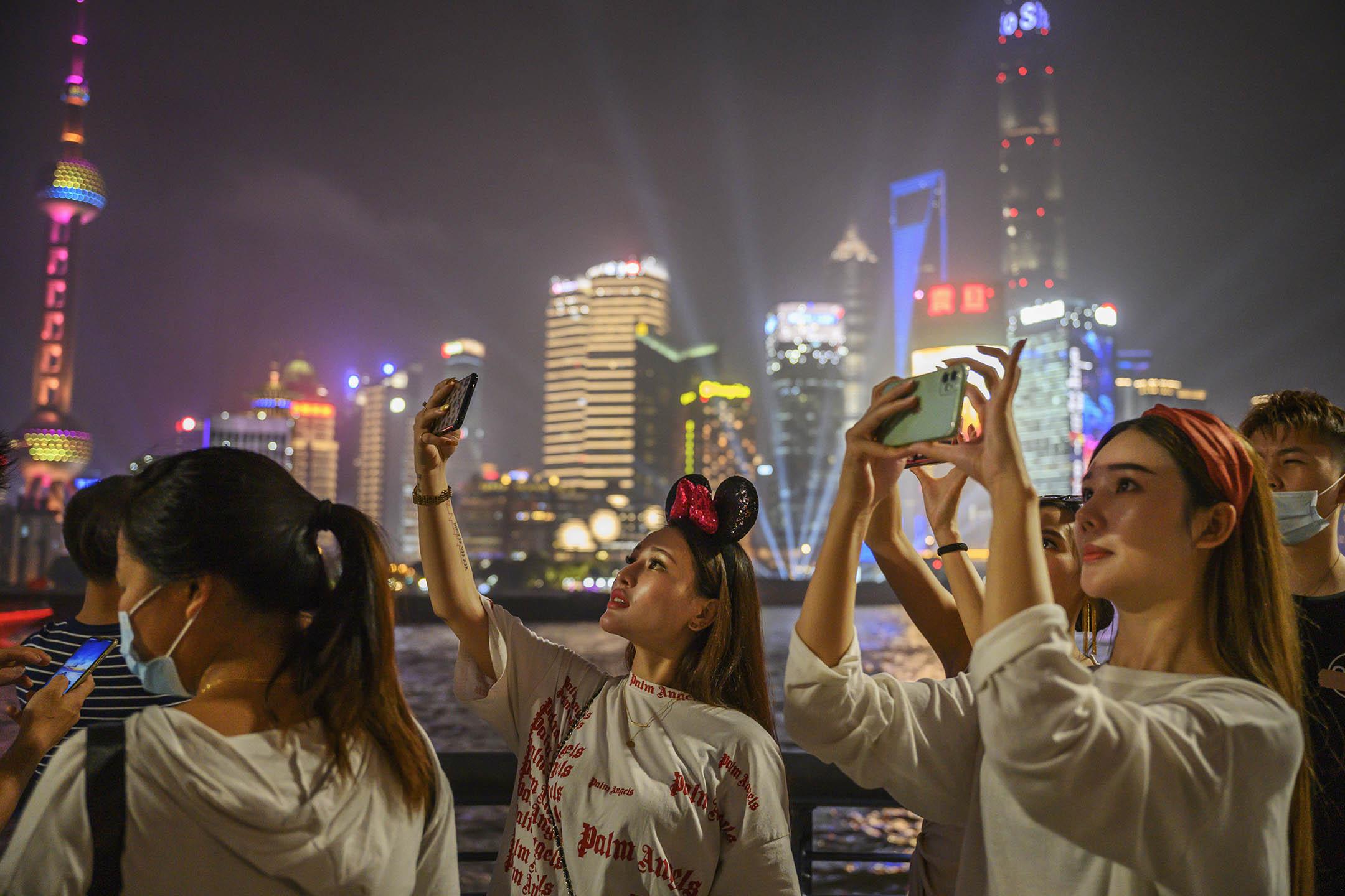 2020年8月29日上海,市民在外灘拍照留念。 攝:Kevin Frayer/Getty Images