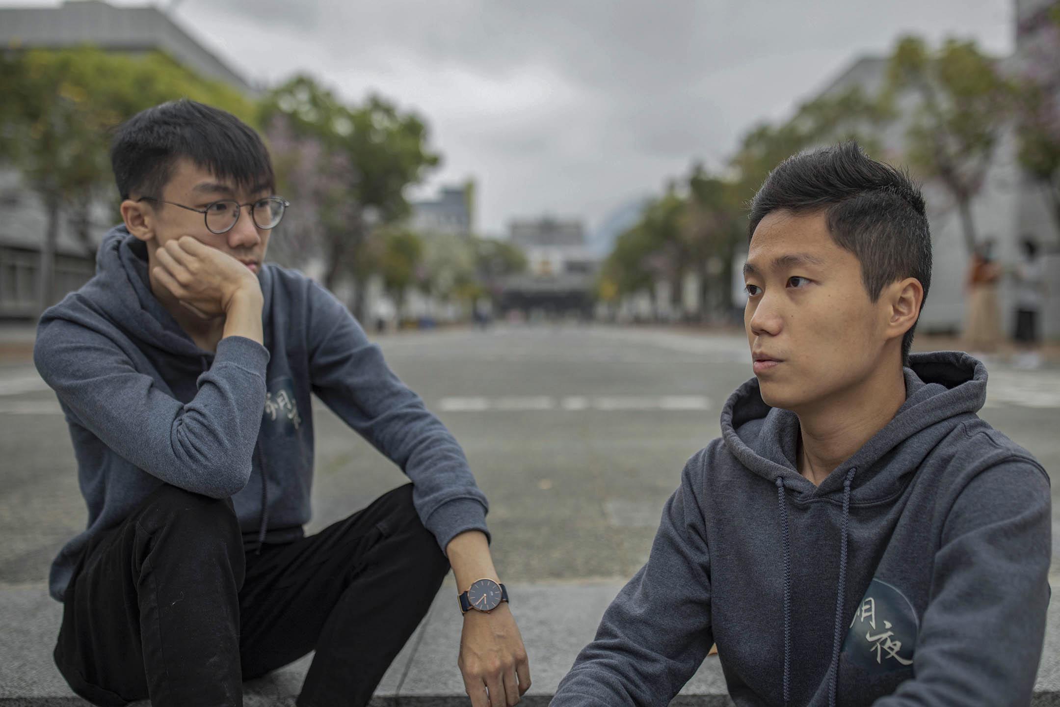 香港中大學生會幹事會内閣「朔夜」前外務副會長羅子維(左)和前會長林睿睎(右)。 攝:陳焯煇/端傳媒