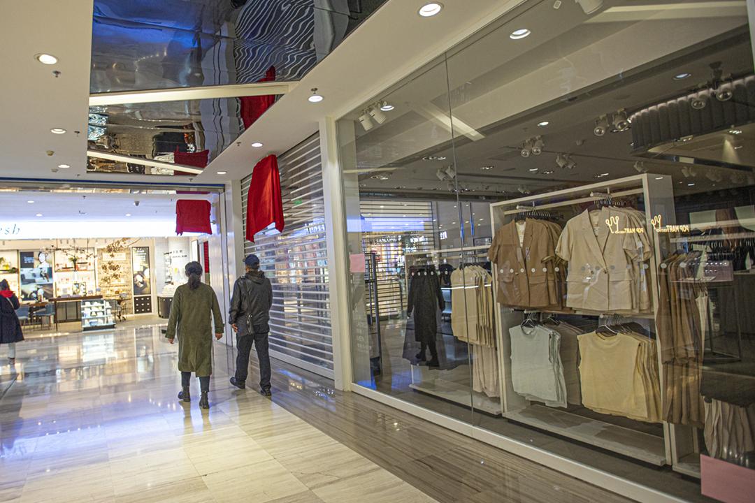 2021年3月25日在新疆烏魯木齊,一間 H&M 門店並未正常營業,而且門店招牌被用紅布遮掩。 圖片來源:VCG via Getty Images