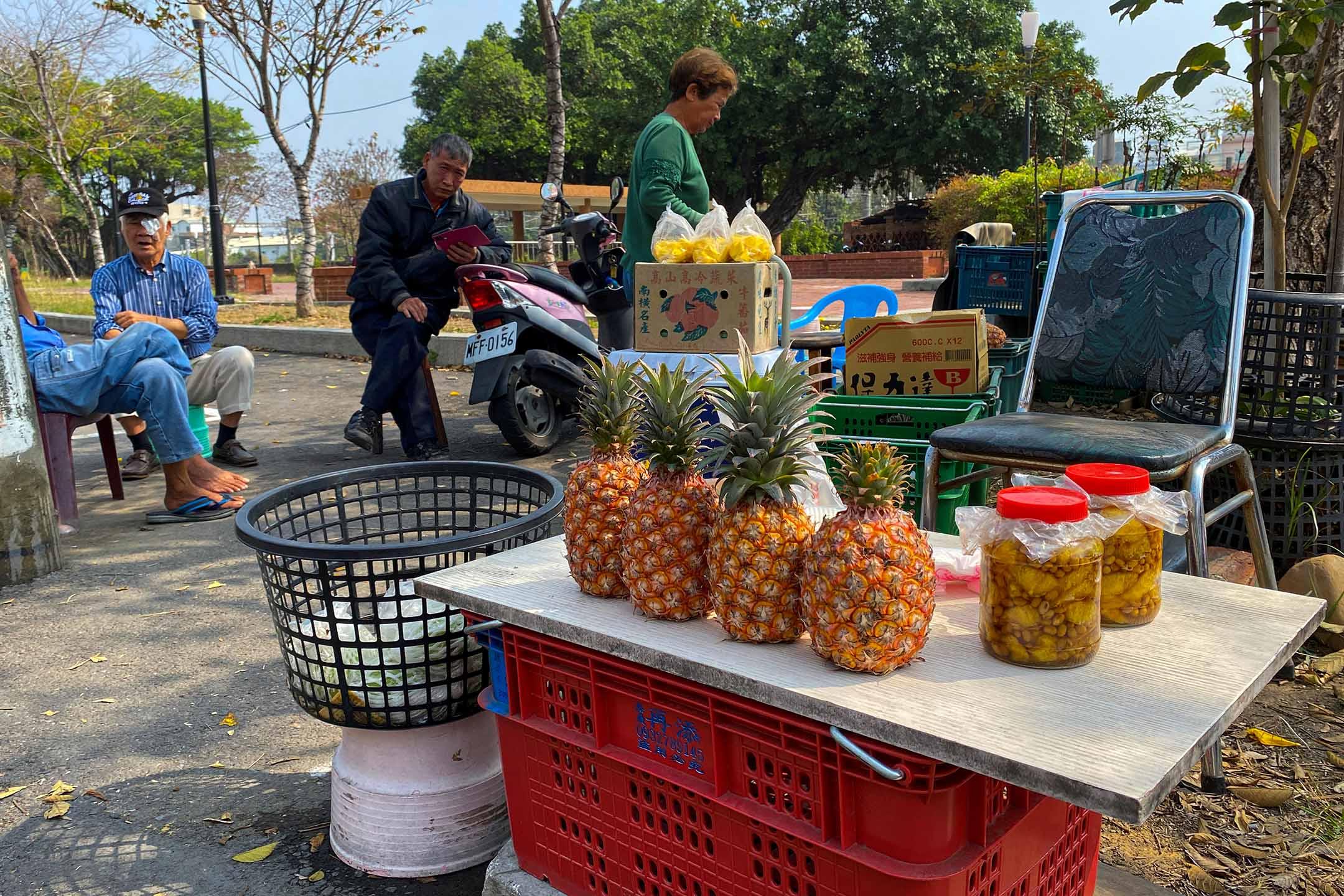 2021年2月27日台灣高雄,農民在路邊的攤位出售鳳梨。 攝:Ben Blanchard/Reuters/達志影像