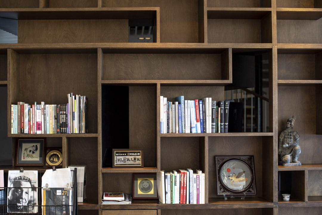 中心內的一個書櫃。