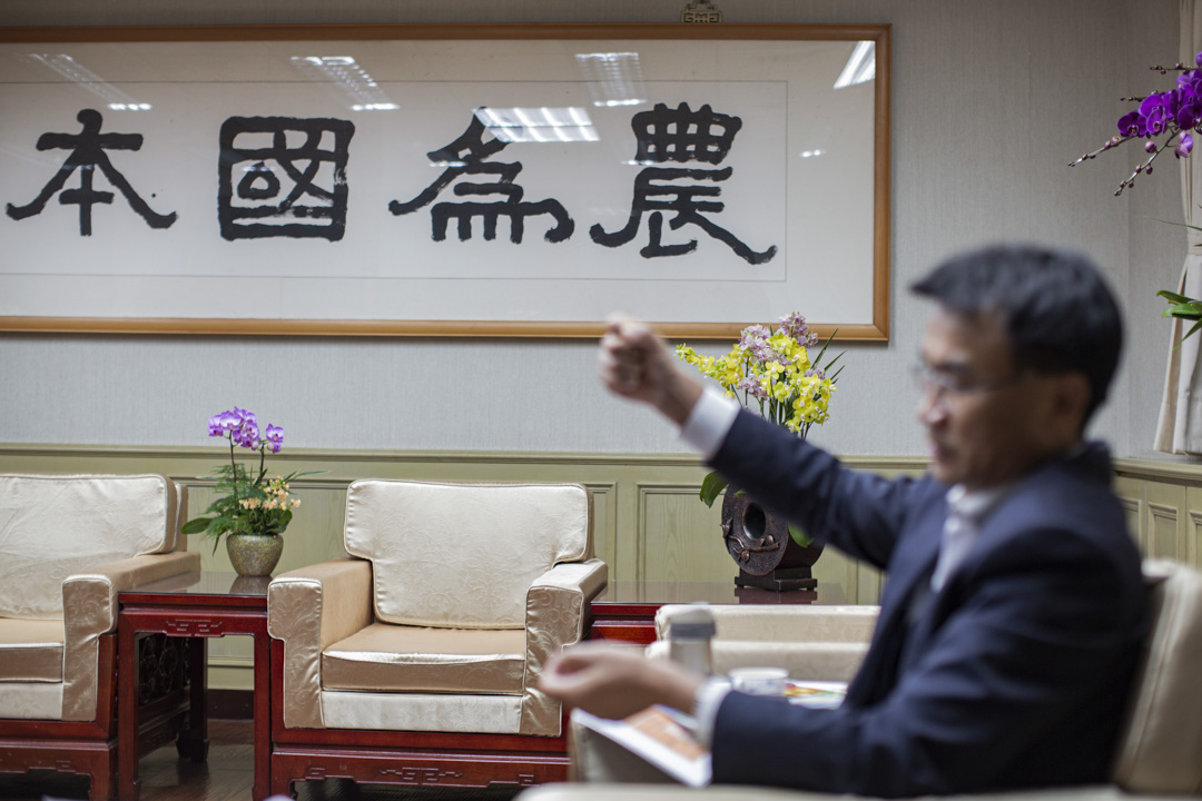 在台灣農委會主委陳吉仲接待賓客的辦公室裡,掛著大大的四個字:農為國本。這是當年前總統李登輝手書,懸掛至今。