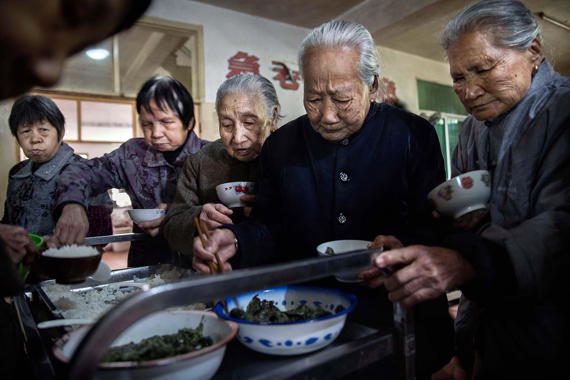 2016年3月17日中國福建沙縣,年長的居民在寺廟內的老人院吃午餐。