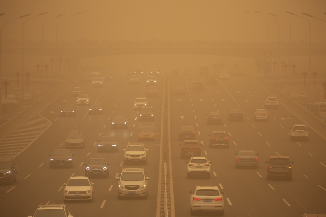 內蒙古、甘肅、寧夏等中國大陸12個省市發生近10年最強的沙塵天氣,波及範圍亦10年來最廣。2021年3月15日,北京沙塵中的街道。