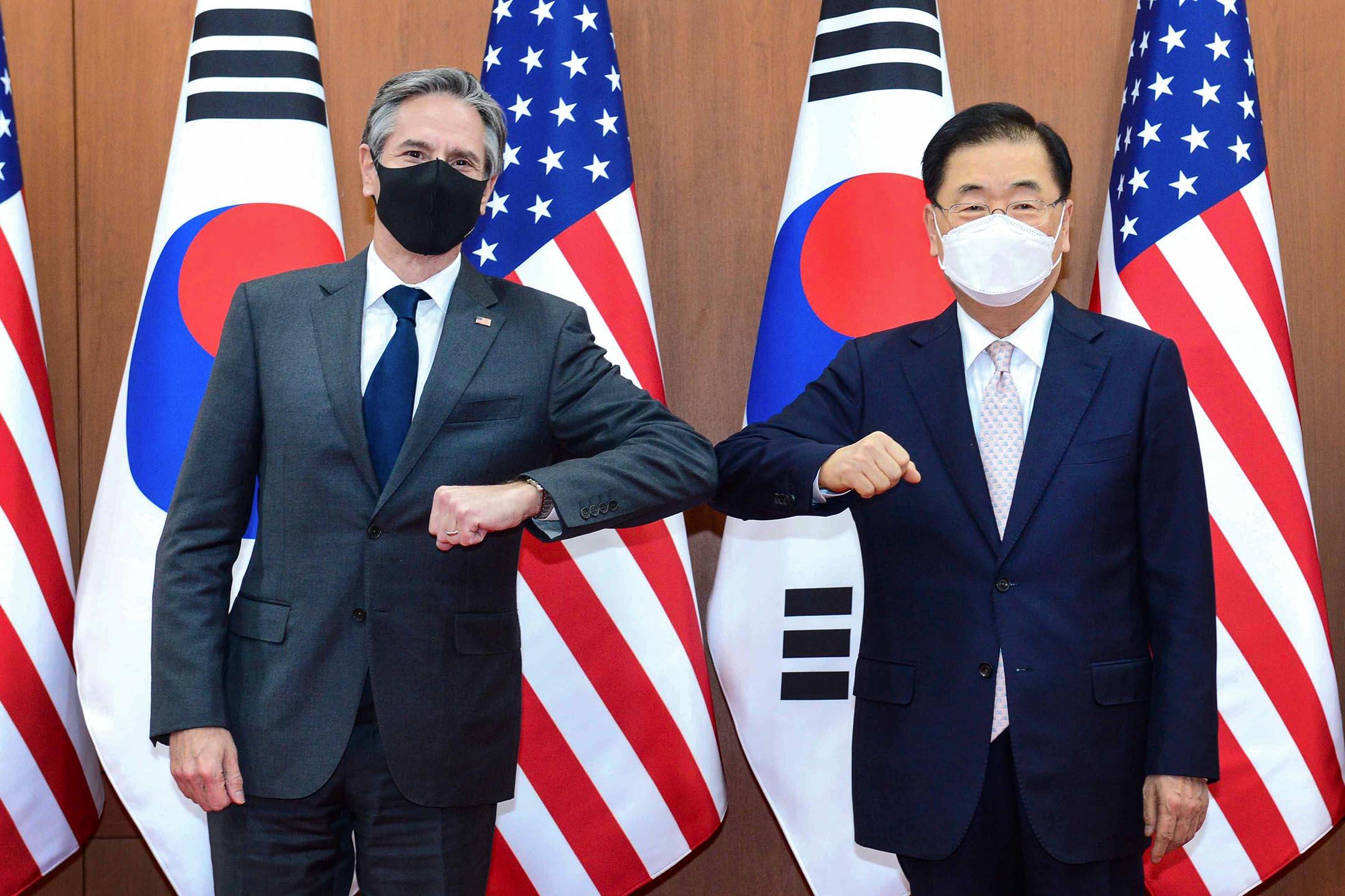 2021年3月17日韓國首爾,美國國務卿布林肯(左)和韓國外交部部長鄭義溶(右)於會晤前拍照。