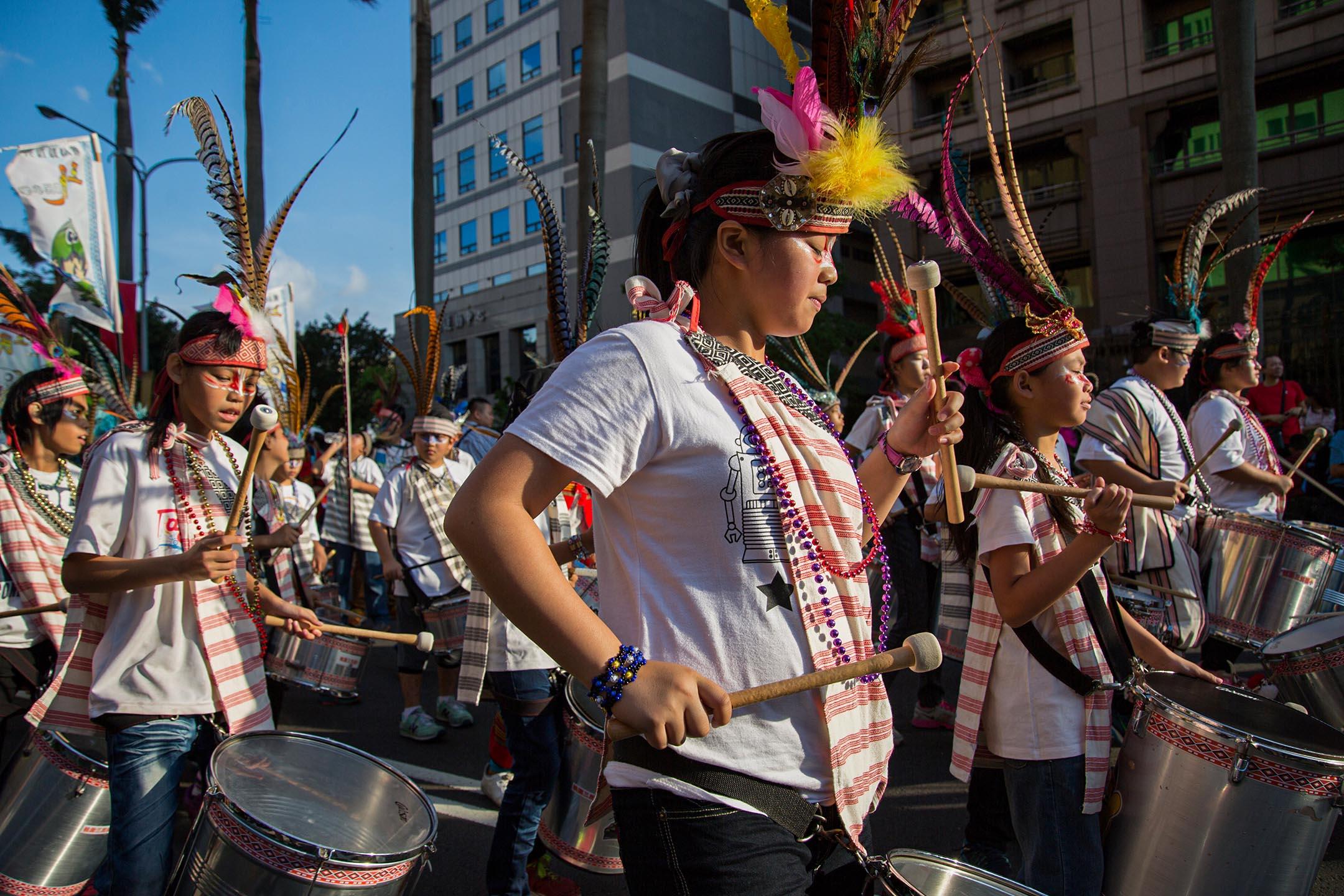 2015年10月17日台北,來自學校和原住民部落的鼓隊在街頭遊行。 攝:Craig Ferguson/LightRocket via Getty Images