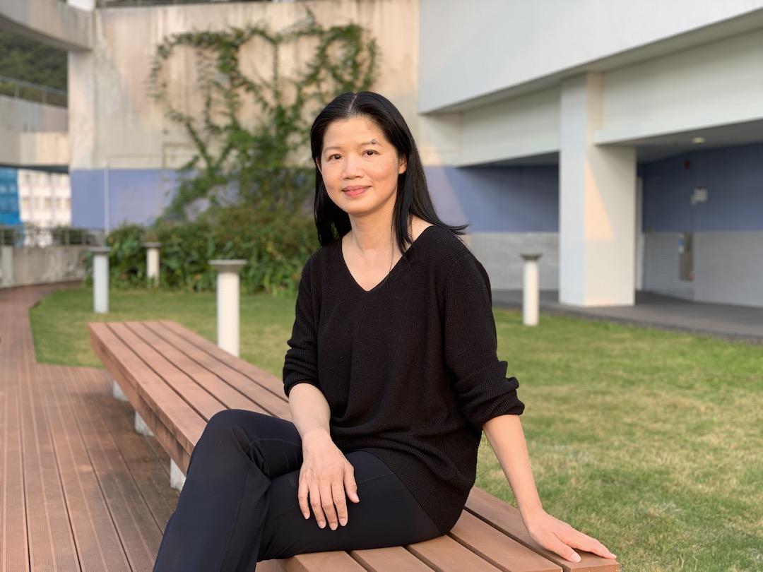 何天虹教授兼任香港大學社會科學學院副院長(研究生教育)、社會工作及社會行政學系教授、行為健康教研中心總監及表達藝術治療碩士課程總監
