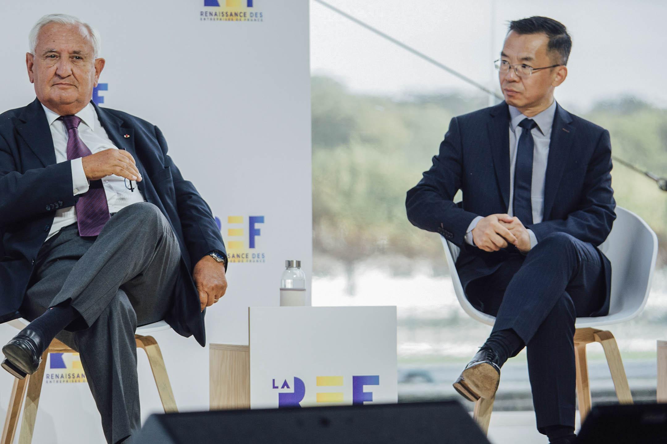 2020年8月26日法國巴黎,法國前總理尚比耶拉法蘭Jean-Pierre Raffarin(左)坐在中國駐法國大使盧沙野(Lu Shaye)旁邊。