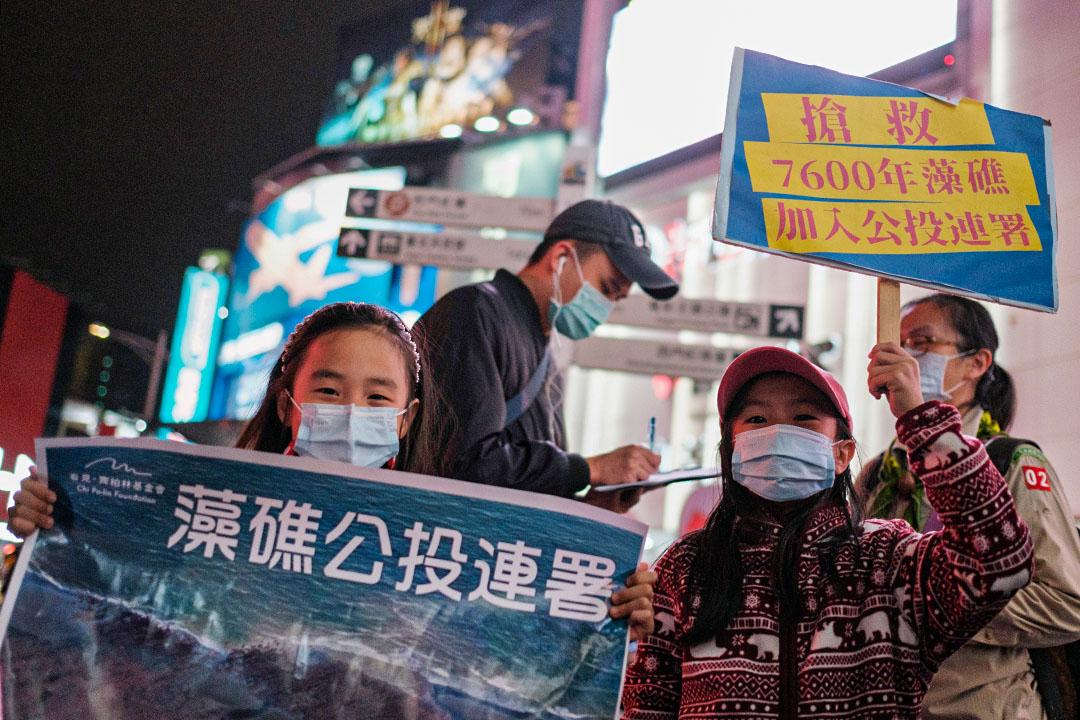 2021年2月28日台灣中壢,志工擺攤呼籲市民支持藻礁公投案的連署。 攝:唐佐欣/端傳媒