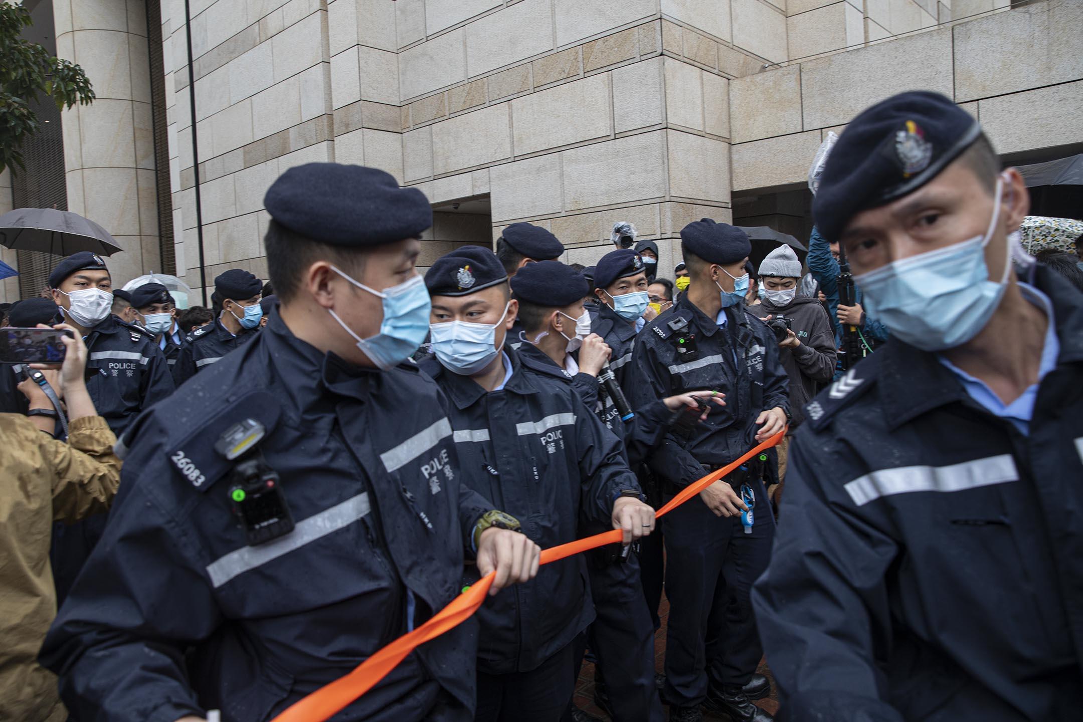 2021年3月4日西九龍裁判法院,市民在法院外聲援各被告,警方在驅散聚集的市民。
