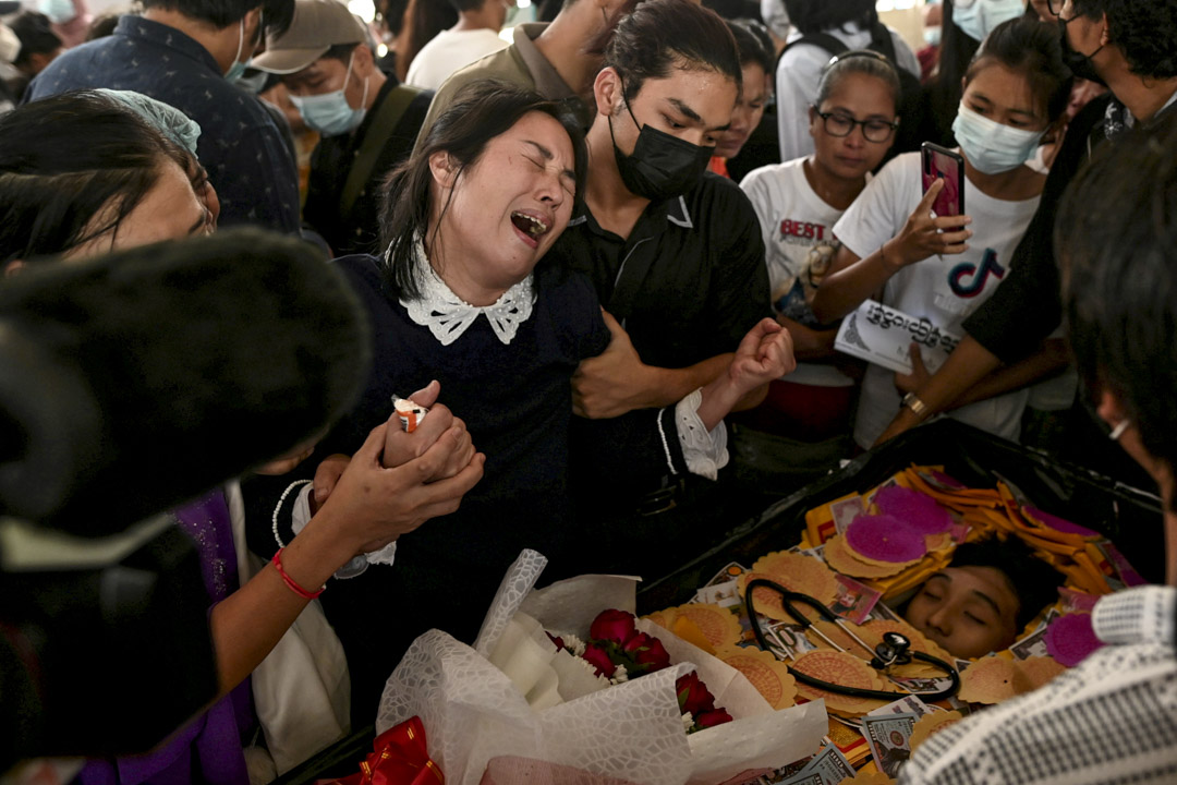 2021年3月16日,緬甸仰光,17歲的醫科生Khant Nyar Hein因在示威中被槍殺而舉行的葬禮上﹐家屬於遺體前崩潰大哭。 攝:Stringer /Reuters/達志影像