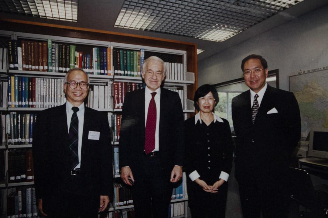 衛奕信以香港總督身份訪問中心。