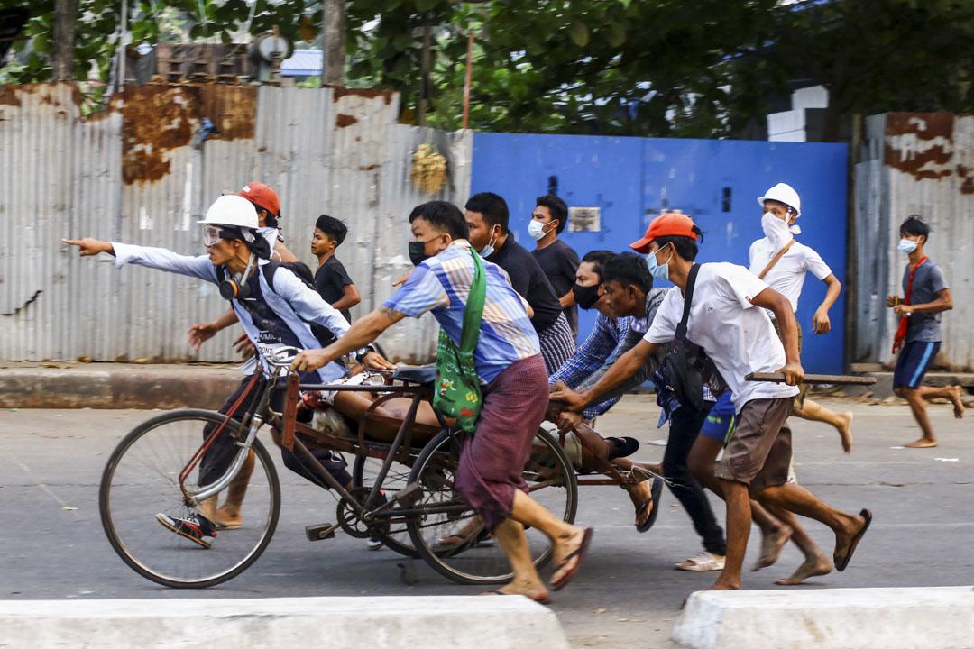 2021年3月14日,緬甸仰光市民運送一名在示威者期間被槍殺的人逃離現場。