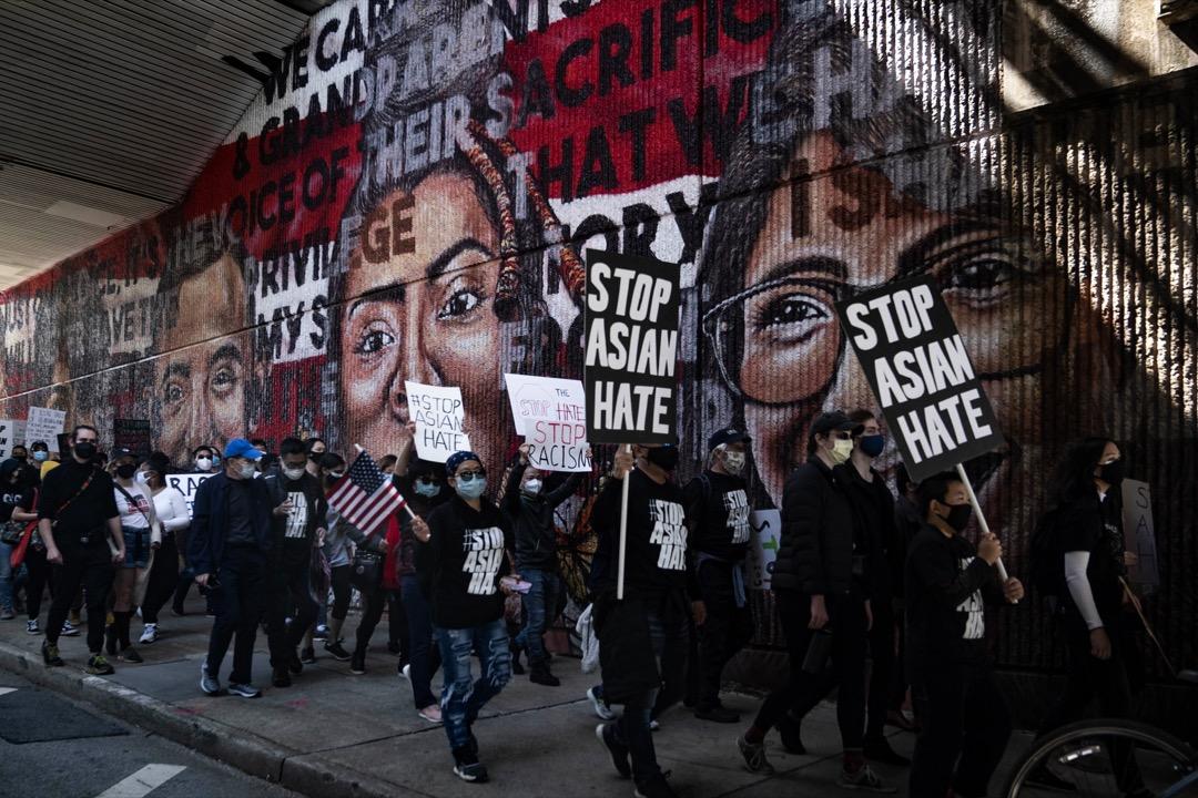 2021年3月20日,美國喬治亞州亞特蘭大市有遊行抗議對亞裔人的仇視,途徑一幅黑人民權運動的壁畫。