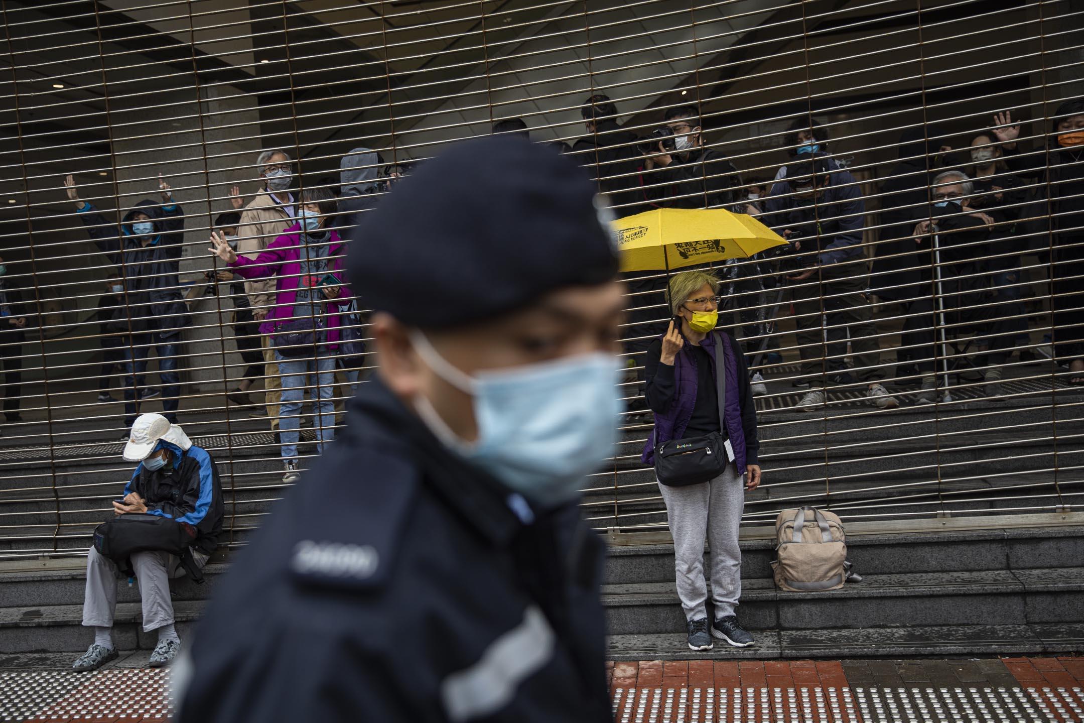 2021年3月4日西九龍裁判法院,市民在法院外聲援各被告。
