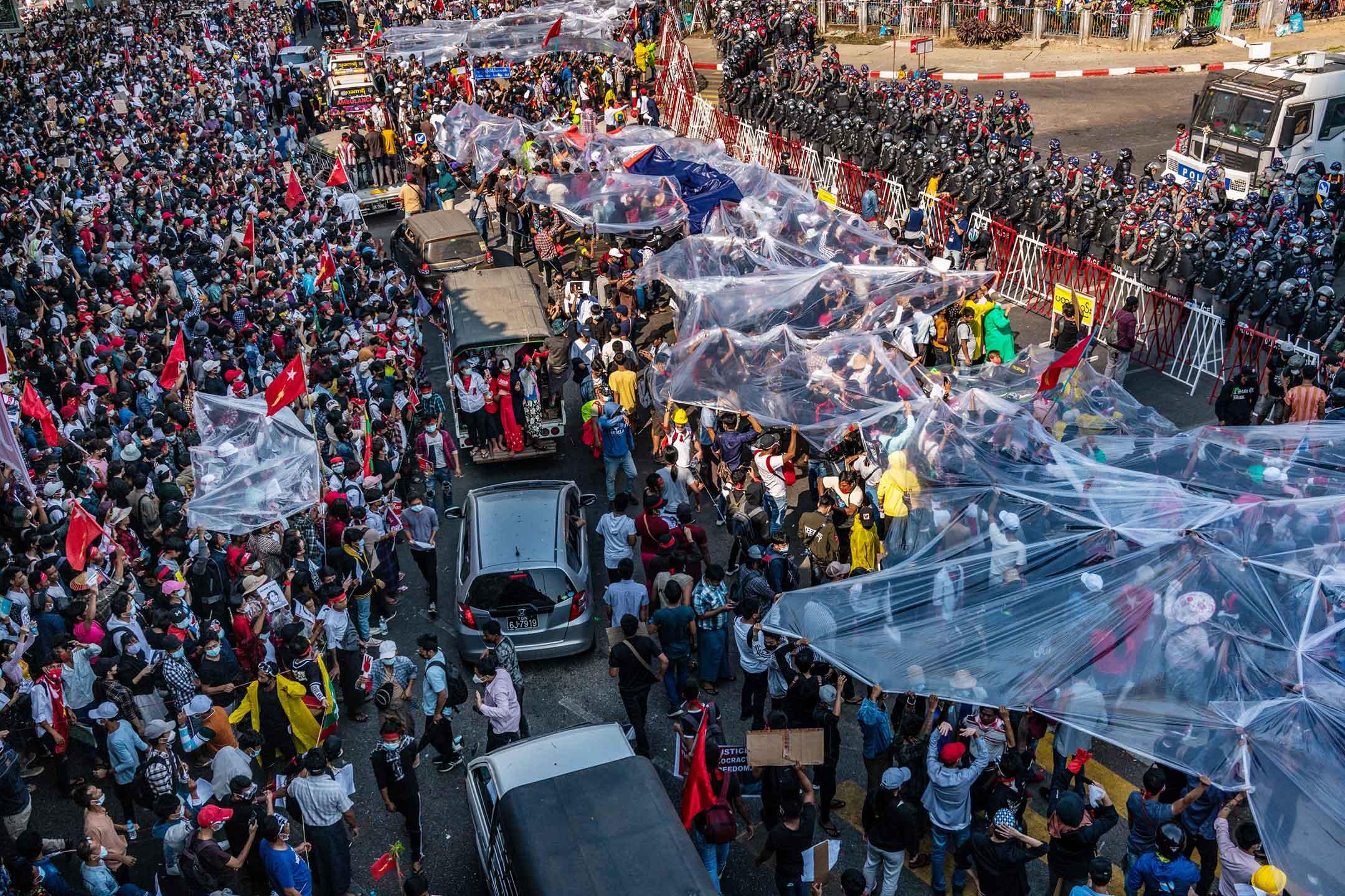 2021年2月09日仰光,示威者用大塑料覆蓋自己,保護自己免受水砲車攻擊。