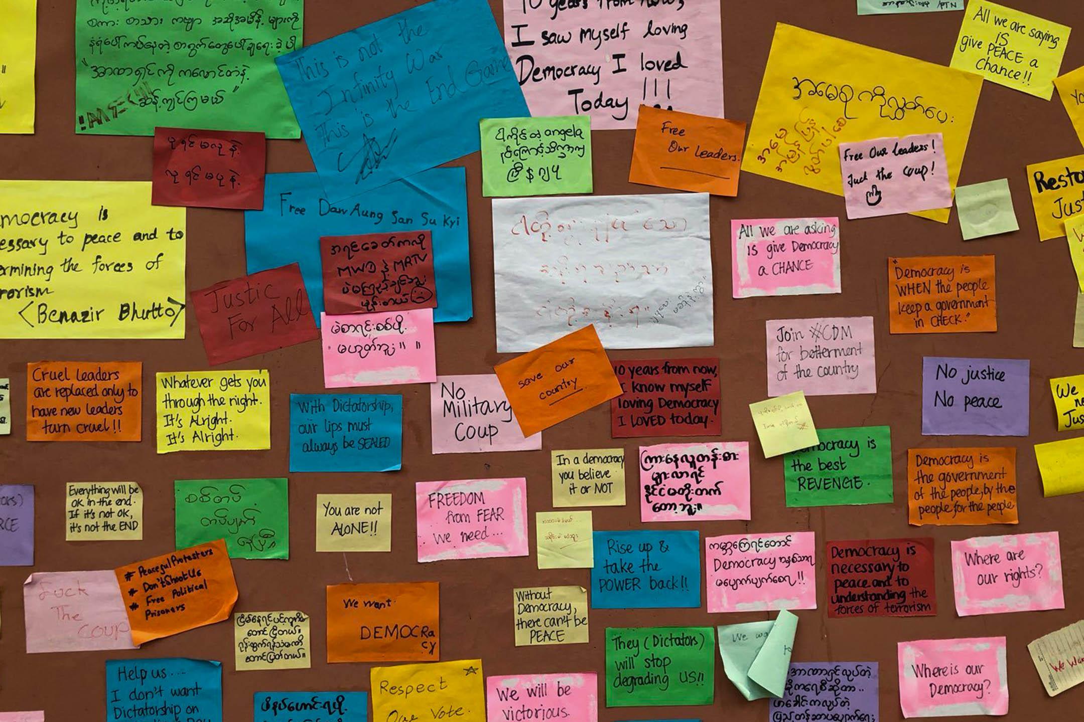 有英語和緬甸語貼文的列儂牆。