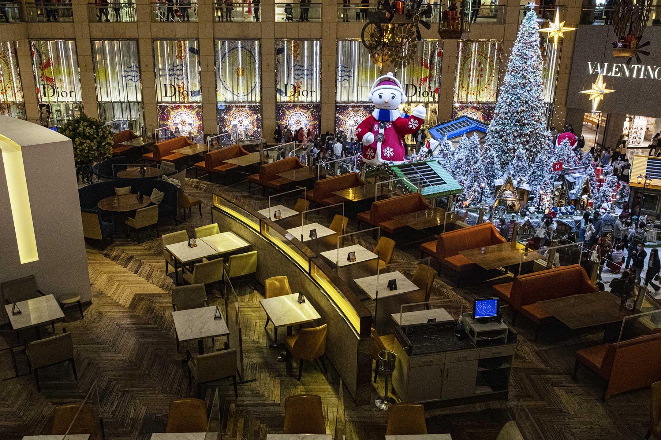 2020年12月26日中環,聖誕節期間的晚上,一間因疫情而關門的食肆。 攝:陳焯煇/端傳媒