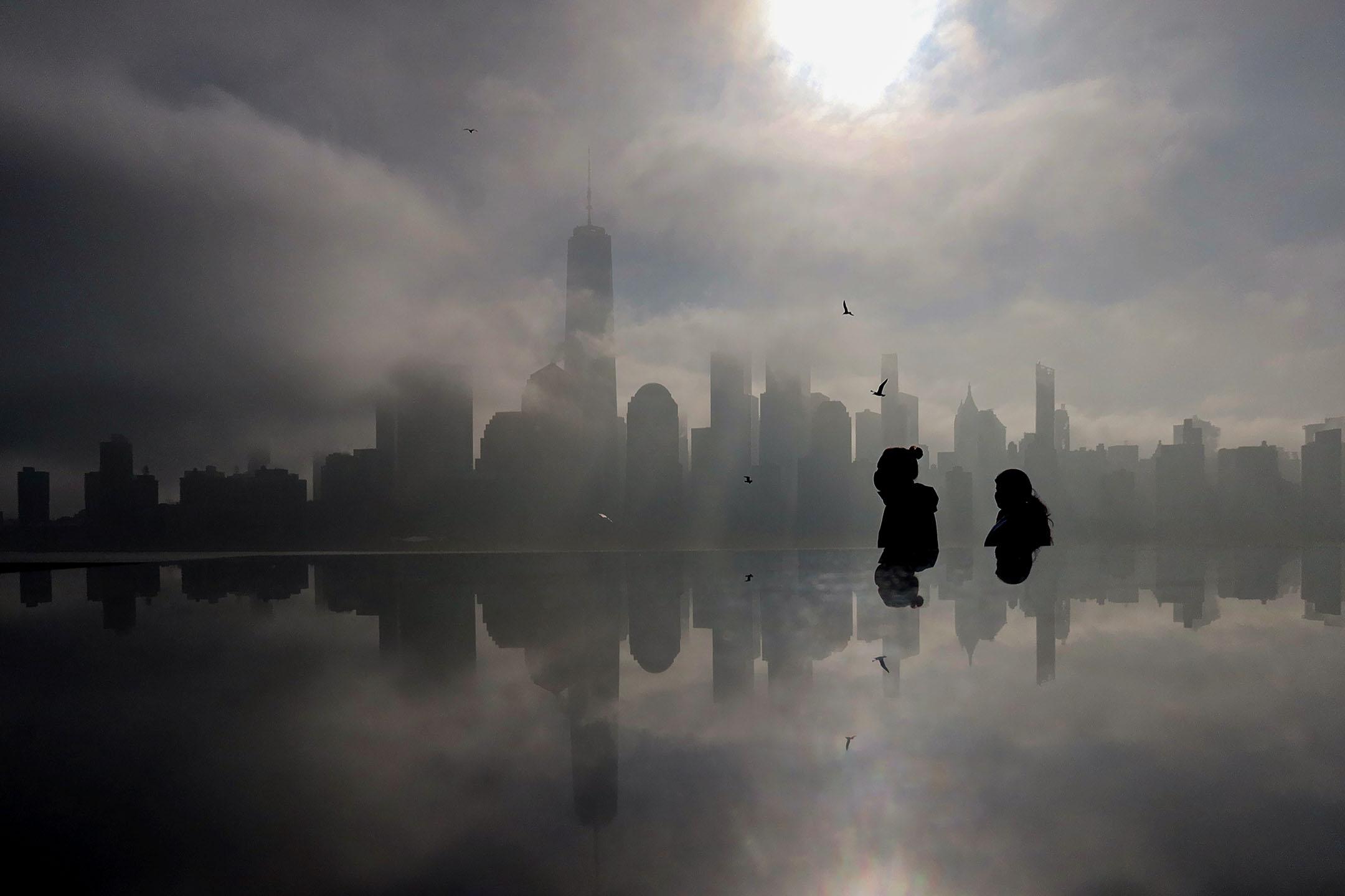 2021年3月23日紐約,濃霧覆蓋曼哈頓。 攝:Gary Hershorn/Getty Images