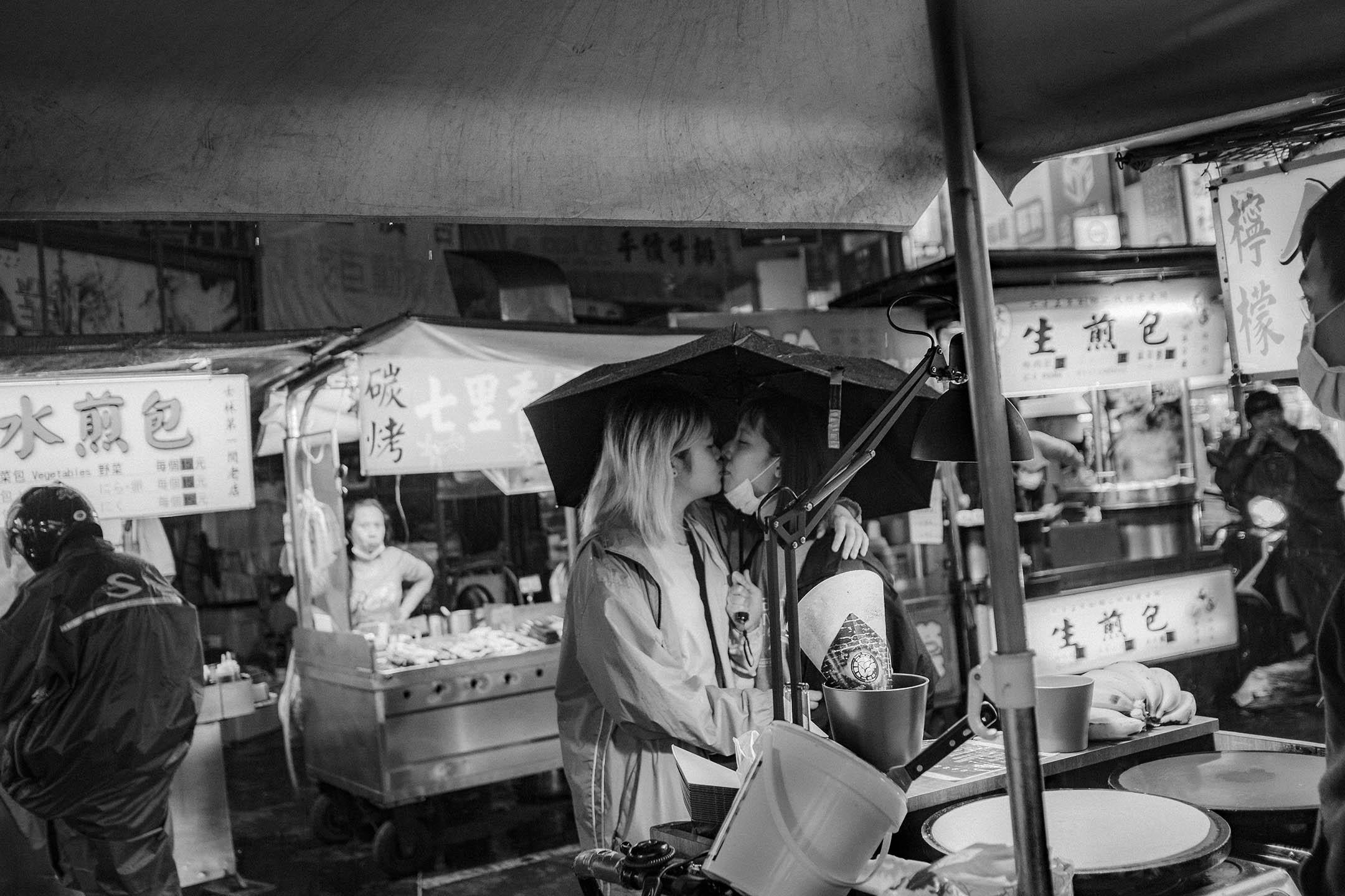 2020年4月11日士林夜市,一對戀人在夜市內買食物,為防疫安全,台灣自4月10日起著名觀光景點、國家公園、及夜市、寺廟等人潮密集的公共場地,實施人流管制措施。