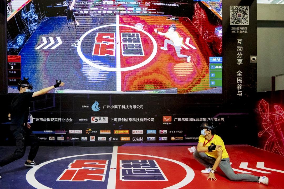 2020年8月,廣州舉行的亞洲VR/AR虛擬現實展覽會,兩位戴上虛擬實景眼罩的參賽者進行比賽。