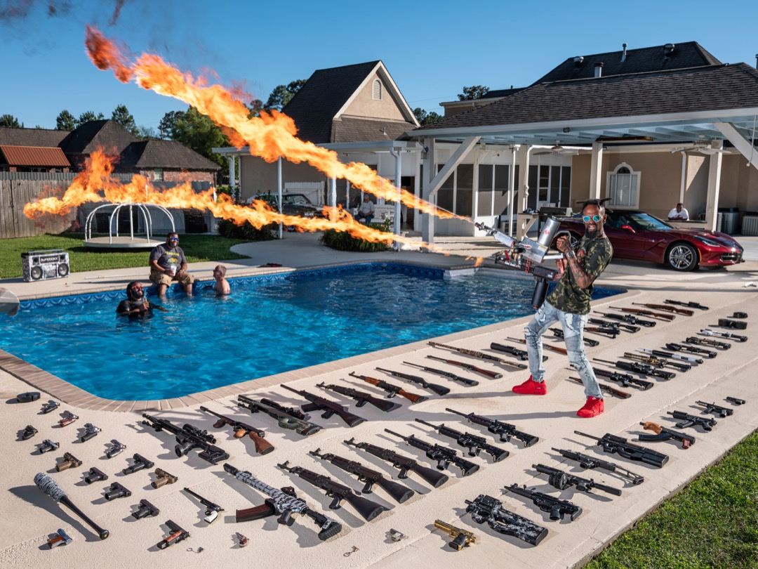 2019年4月19日,美國路易斯安那州小鎮 Schiever,35歲退役海軍陸戰隊隊員 Torrell Jasper 在家中後園展示他的槍械。