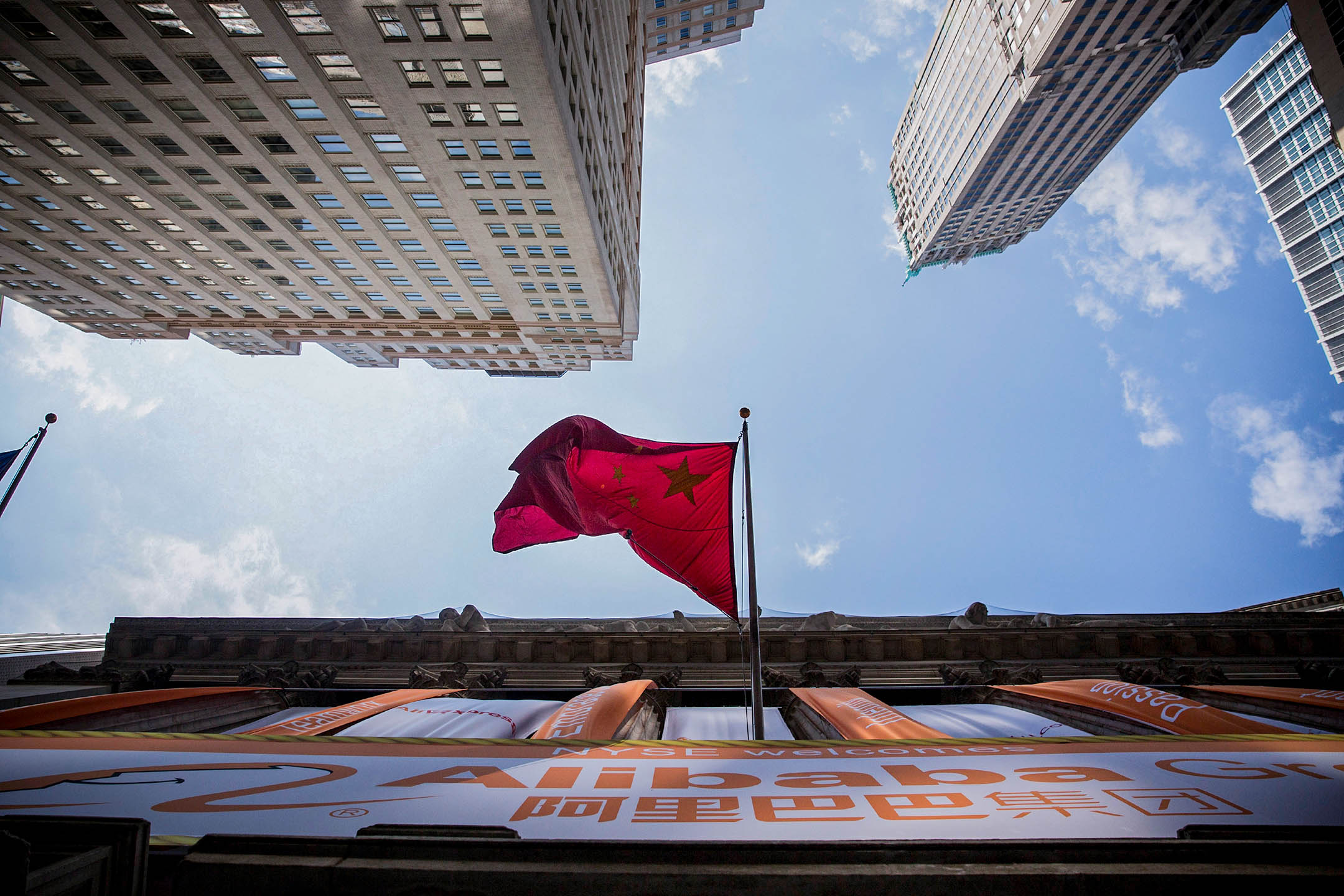 2014年9月19日紐約,中國國旗飄揚在紐約證券交易所外。 攝:Andrew Burton/Getty Images