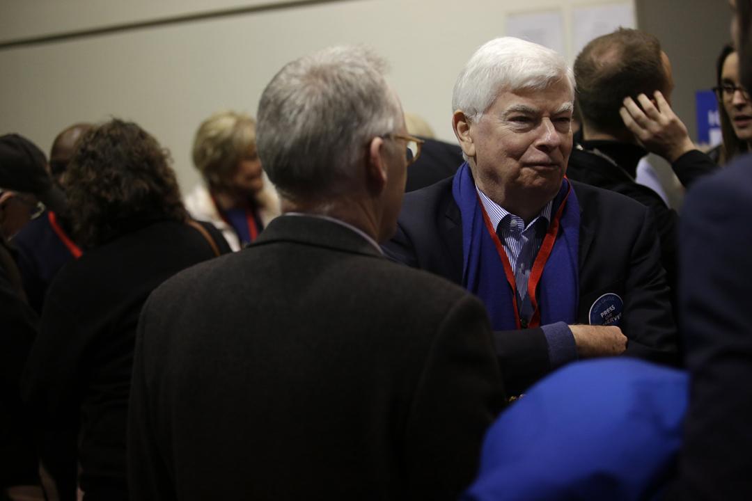 2020年2月3日在美國艾奧瓦州,民主黨前聯邦參議員陶德(Chris Dodd)出席拜登的競選活動。 攝:Joshua Lott / Getty Images