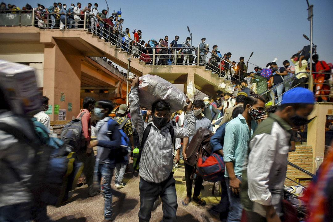 2021年4月19日,印度加茲阿巴德進行為期一周的封鎖之前,庫什比克公車站有大量移民工湧入。 攝:Raj K Raj/Hindustan Times via Getty Images