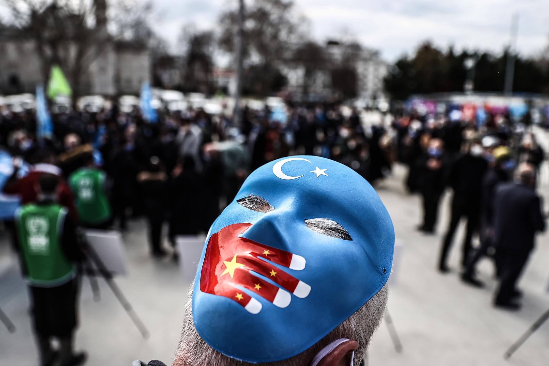 2021年4月1日土耳其伊斯坦堡,人們參加由非政府組織舉行的展覽,目的在告訴人們,中國政府針對維吾爾族人的政策。