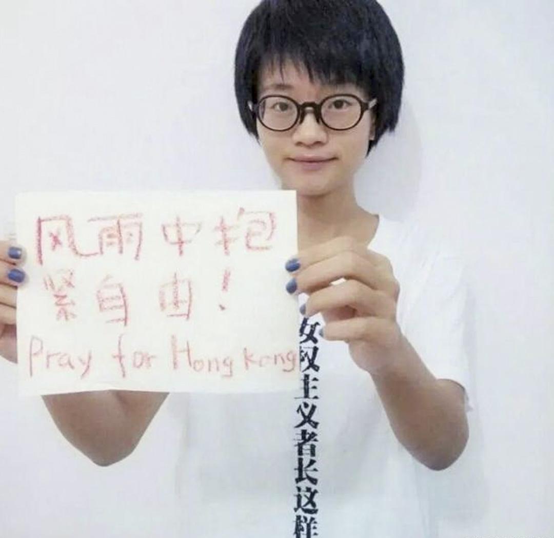 肖美麗在2014年手舉標語寫着「風雨中抱緊自由!Pray for Hong Kong」的照片,被民族主義者宣稱她是港獨。