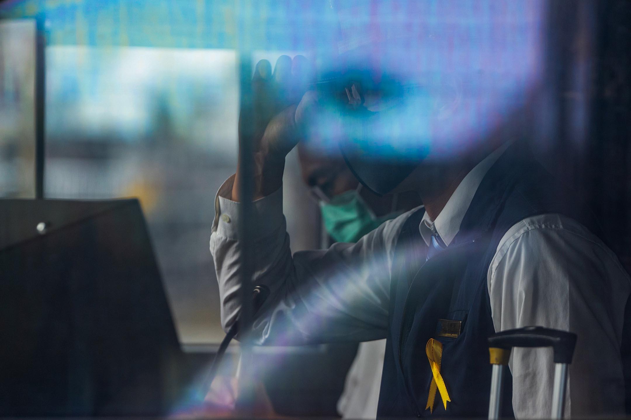 2021年4月8日,臺鐵全體司機在胸前繫上黃絲帶悼念悼念殉職的司機袁淳修和助理司機江沛峰。