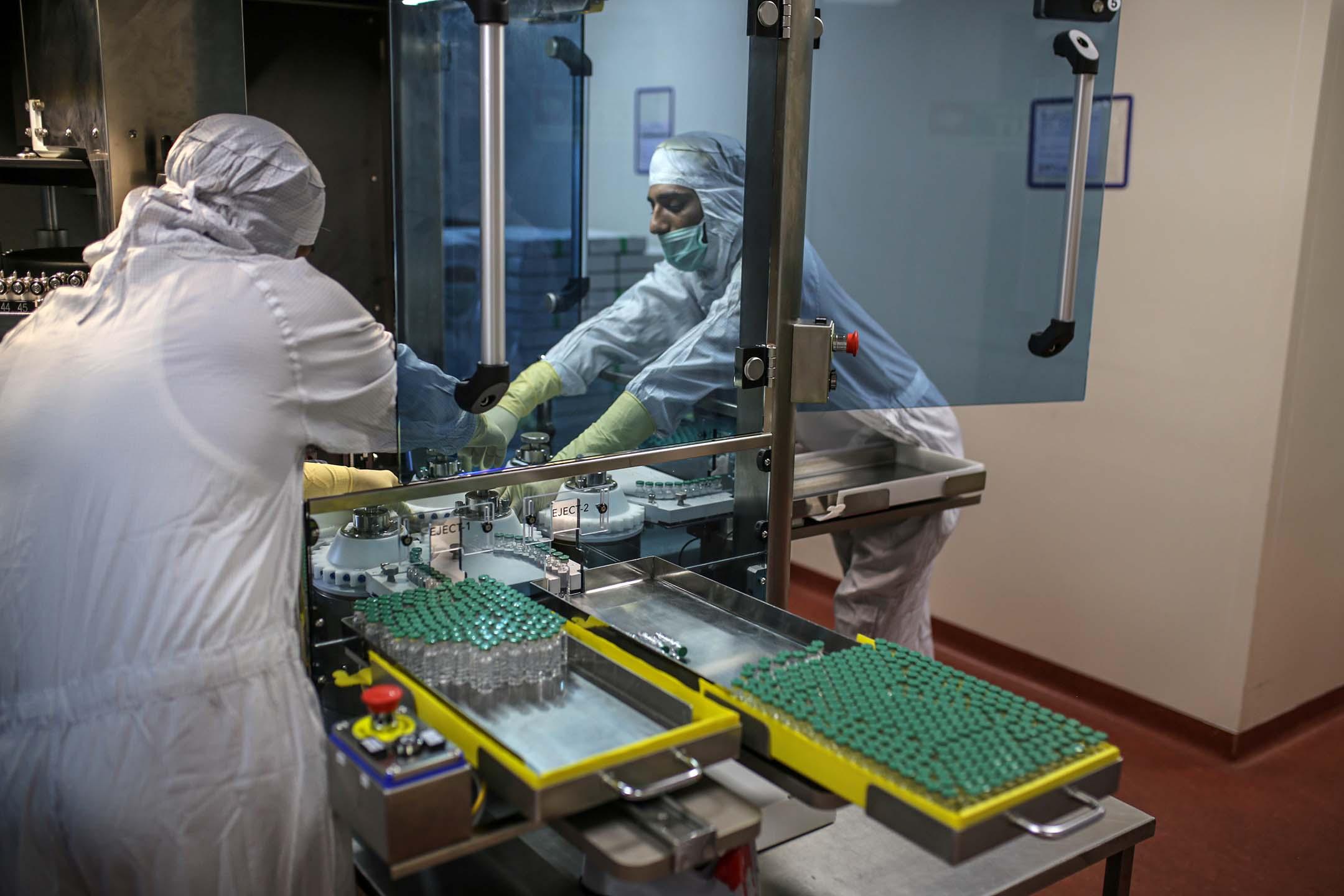2021年1月22日印度,員工在疫苗生產線的上工作。