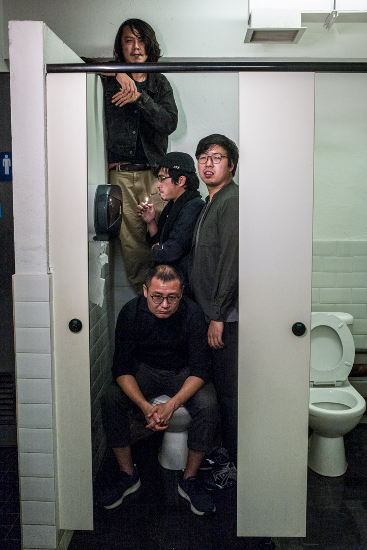 《虎豹瑪莉》團隊在一個男廁的廁格中。