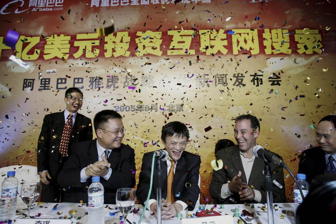 2005年8月11日,北京舉行的新聞發布會上,阿里巴巴創始人馬雲與雅虎簽署協議,由雅虎以10億美元的現金收購阿里巴巴40%的股份。