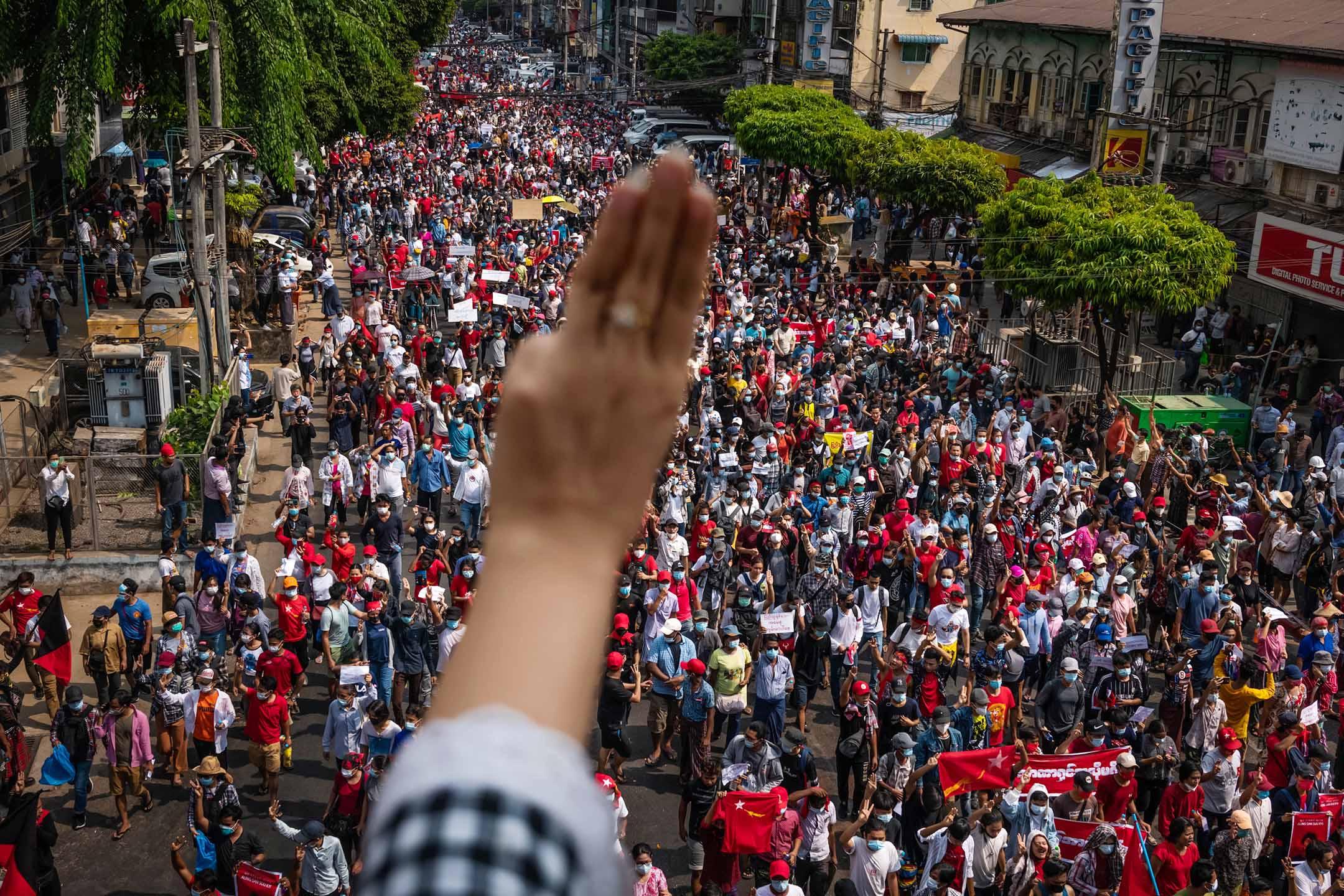2021年2月07日緬甸仰光,示威者舉起三指致敬。