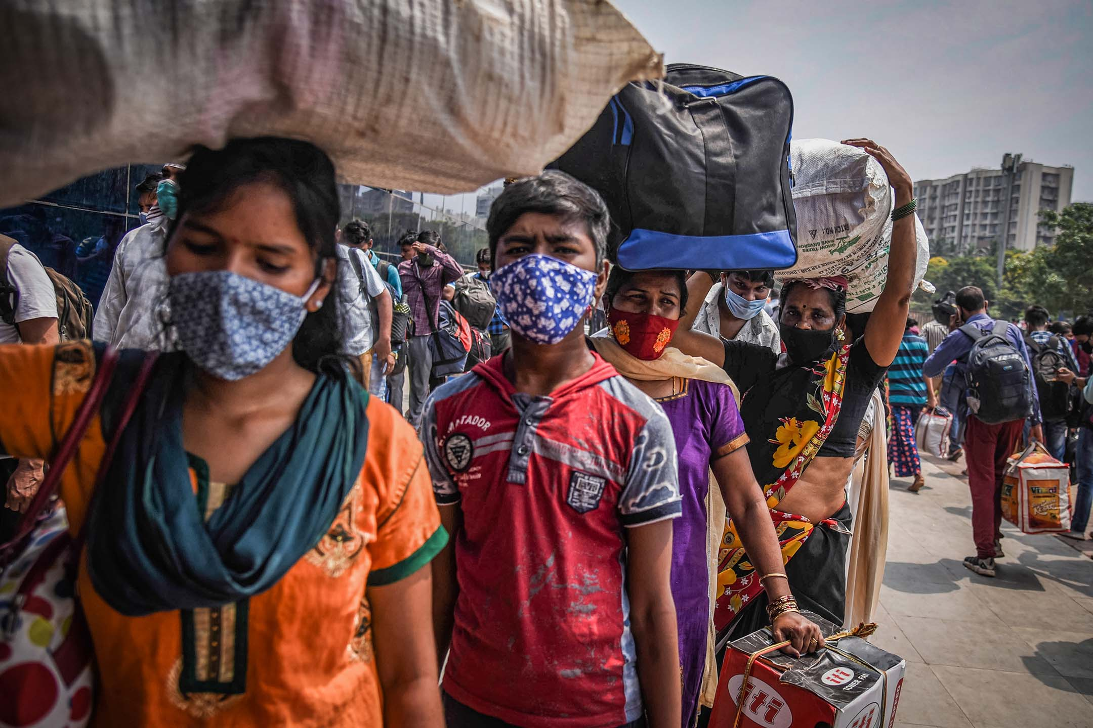 2021年4月14日在印度孟買,民工排隊進入火車站。