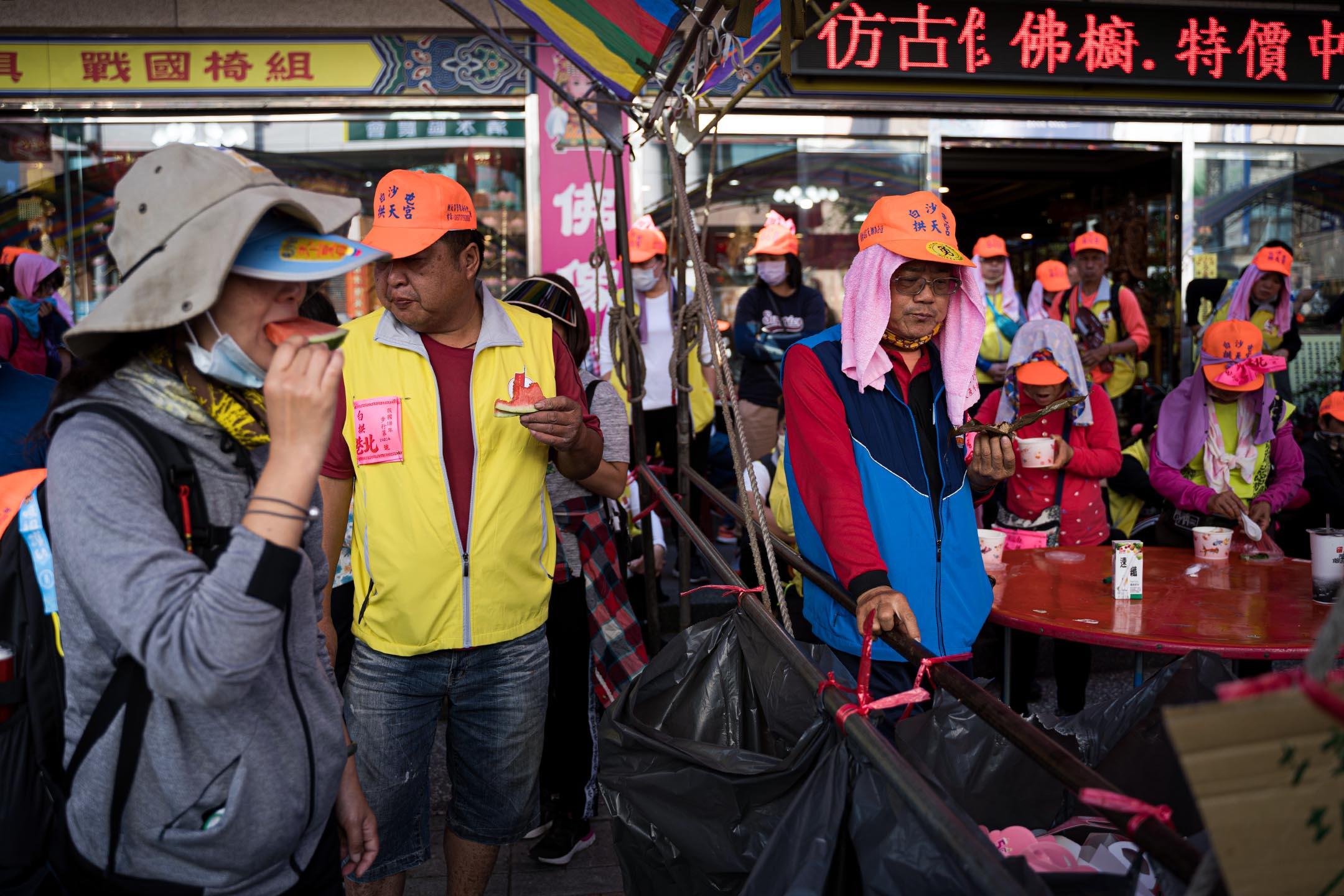 此時適逢台灣西北部平原西瓜生產季節,沿途有不少商家、農家擺出西瓜給信眾消暑解渴。