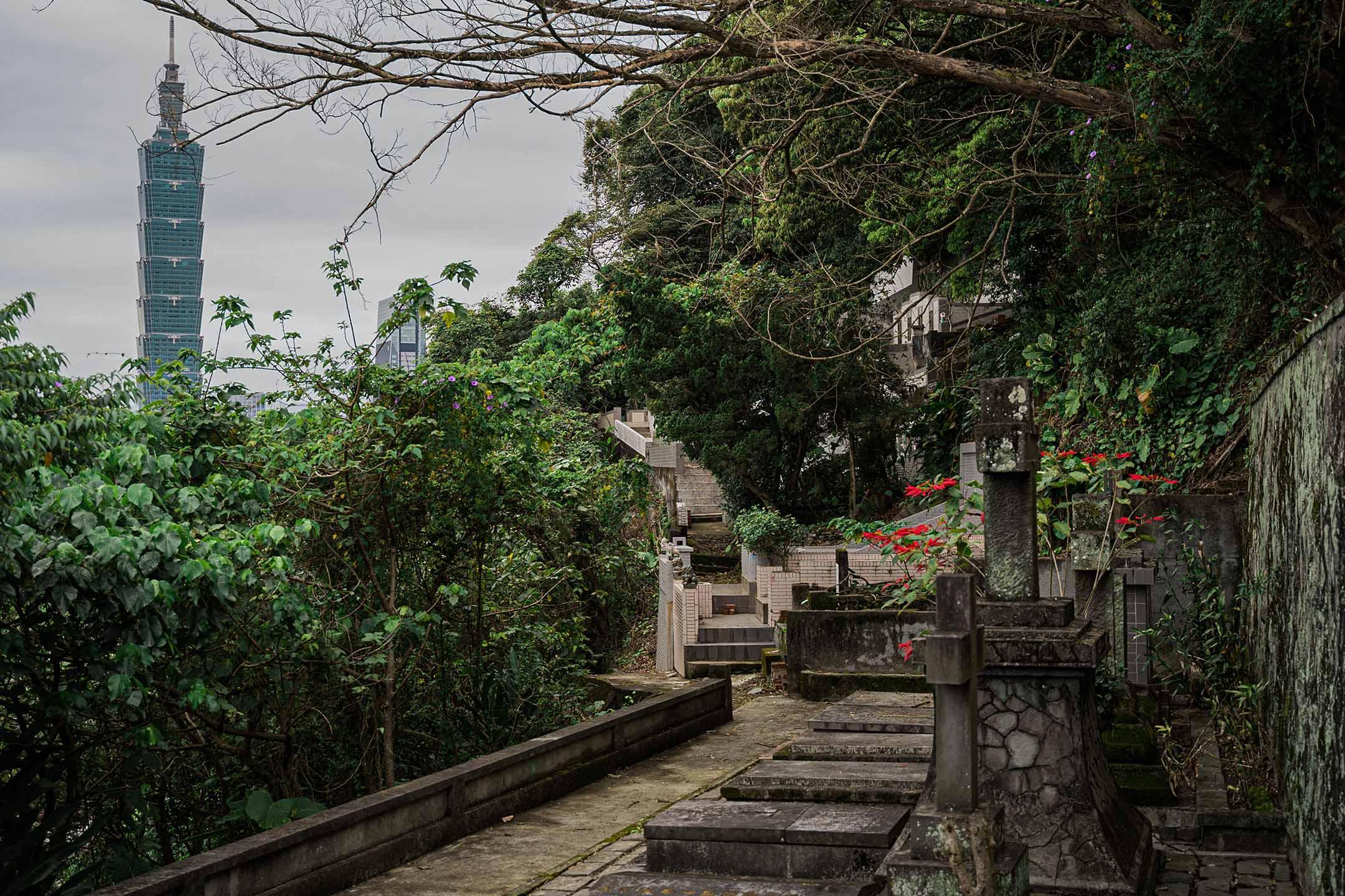 台北六張犁墓園。