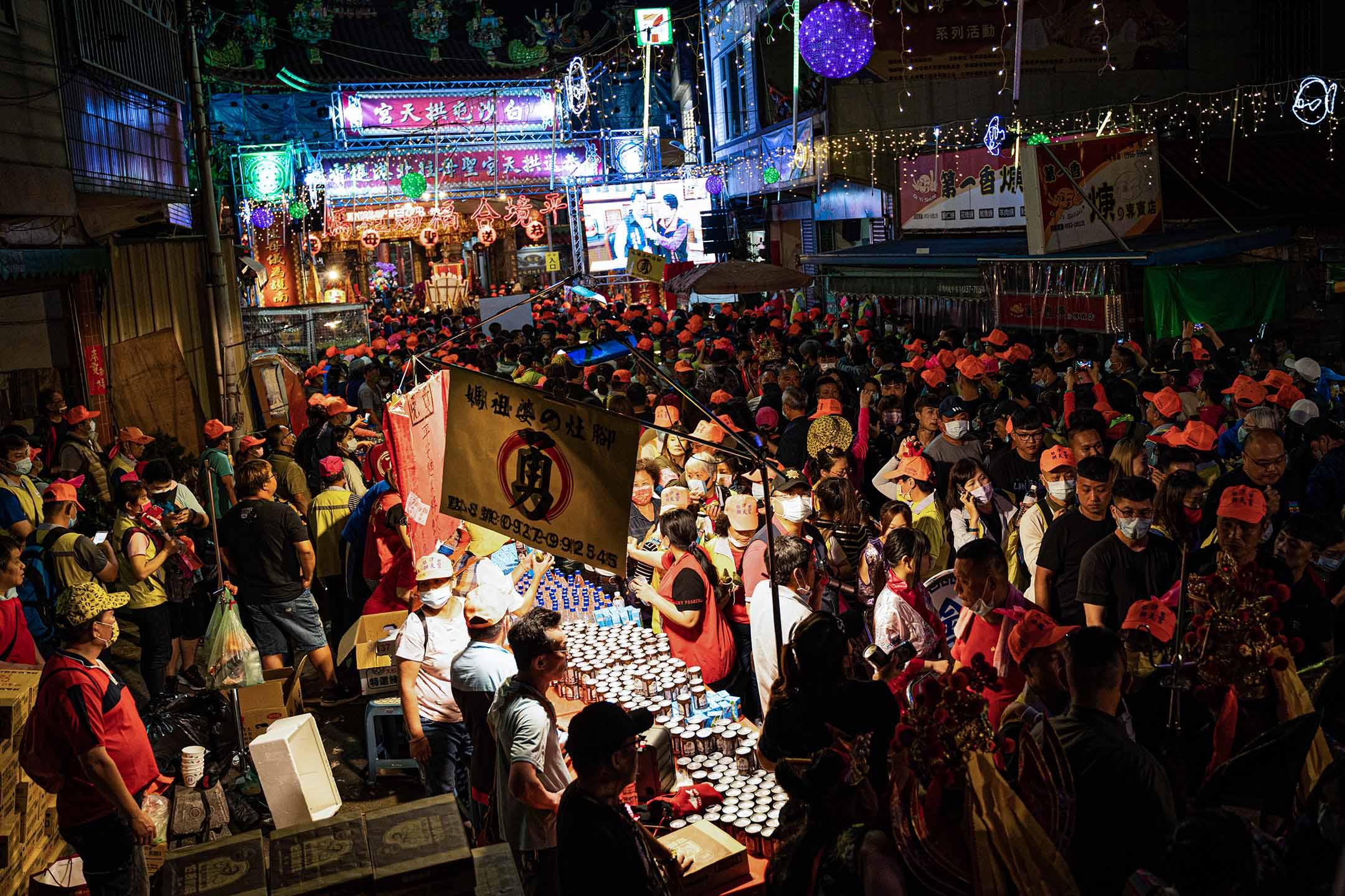 台灣苗栗白沙屯,信眾聚集在拱天宮附近,等待媽祖起駕前往進香。