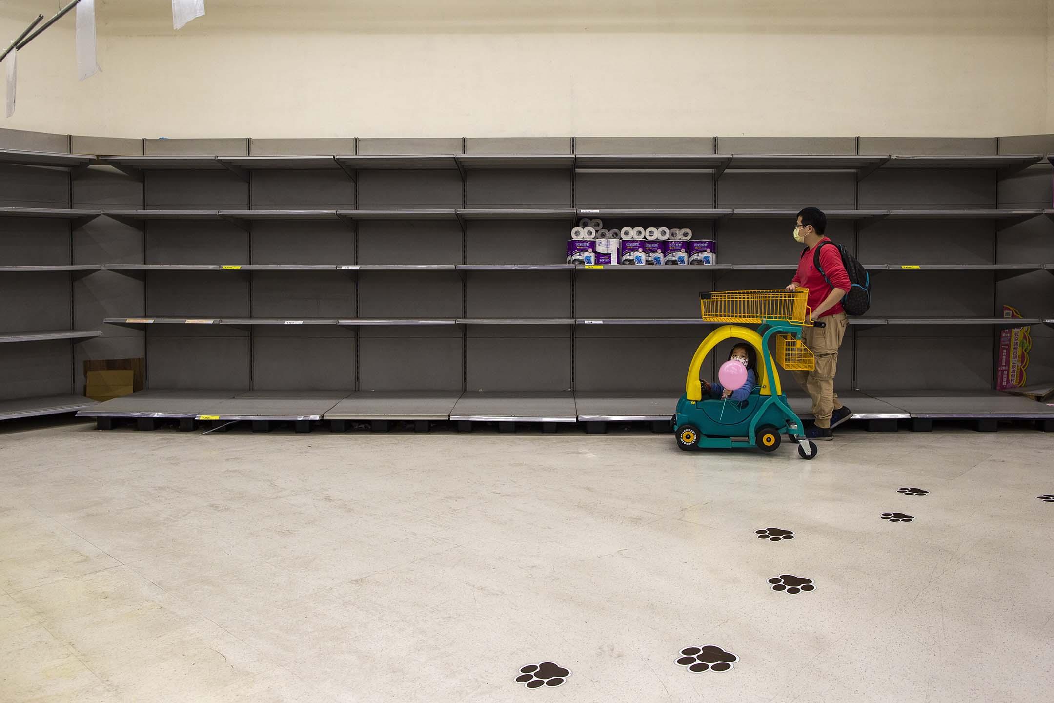 2020年3月19日新北,由於2019冠狀病毒的恐慌,市民到超級市場搶購廁紙食物。