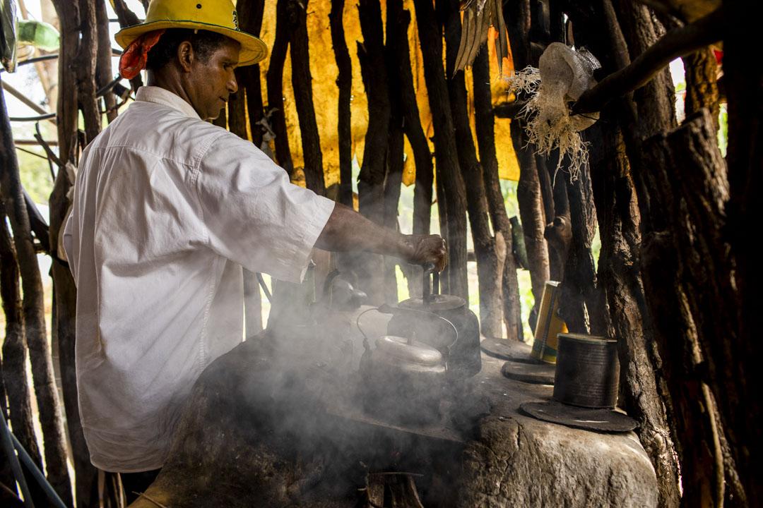 Adão是Vale das Cancelas格雷澤羅社群的一個草藥販子,他從長輩那裡獲得草藥知識,非常擔心生態破壞後讓水源和草藥絕跡。