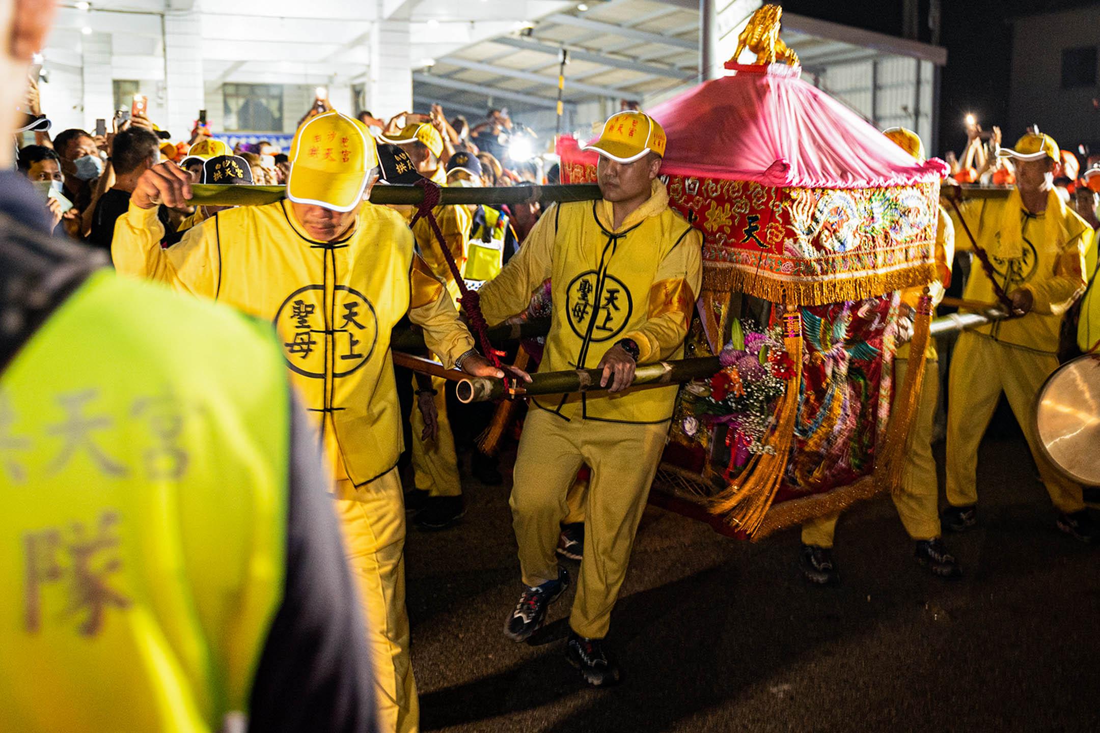 白沙屯媽祖的鑾轎為粉紅色,被信眾暱稱「粉紅超跑」。