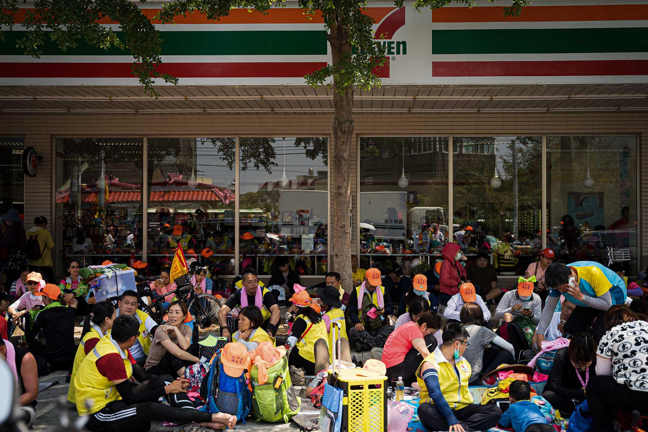 進香隊伍行進中,隨時可見信眾在路邊覓地休息,商家亦多不見怪。